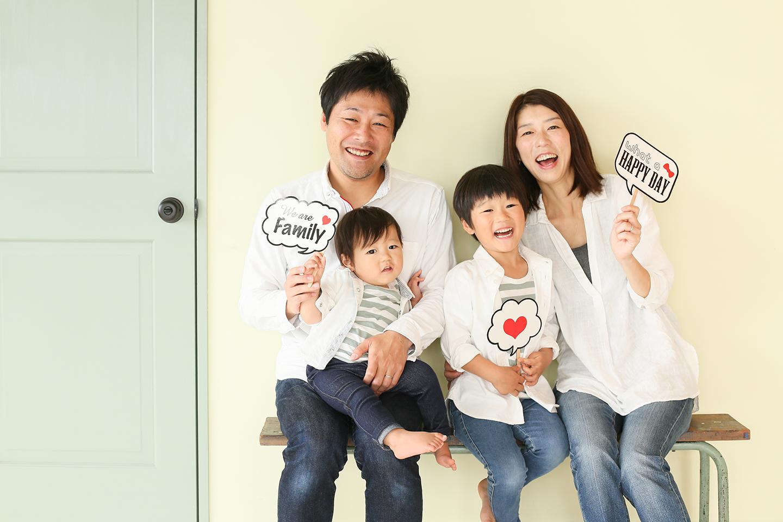 白シャツコーデの家族写真